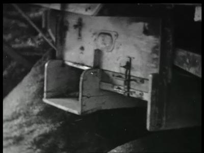 9471 BB02161 Een film van de Heemaf met beelden van het machinaal dorsen van graan, met op de achtergrond de ...