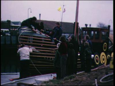 9808 BB02174 Een film rondom een protestactie van raadsleden en bewoners van Raalte tegen de sluiting van het traject ...