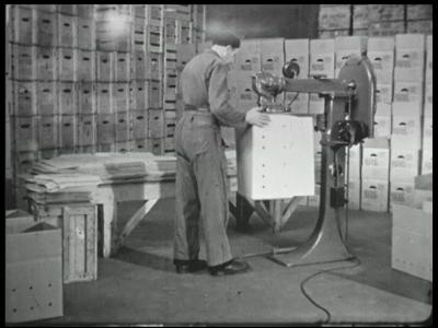 9826 BB02192 Een film rondom de werkzaamheden bij een eiergroothandel, met beelden van de vervaardiging en opslag van ...