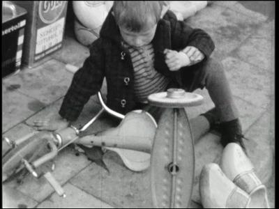 9844 BB02742 Een film van dhr. Steenbergen met beelden van o.a.:- Moeder in de huiskamer;- Een kind met een driewieler ...