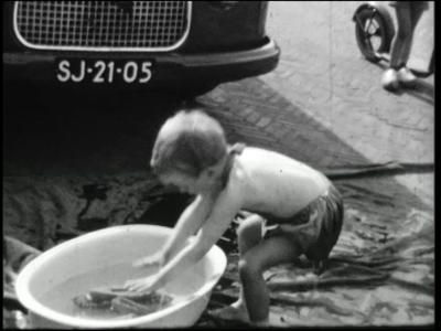 9872 BB02761 Een film van dhr. Steenbergen met beelden van o.a.:- Een auto;- Een kind in een badje;- De Zwolse haven;- ...