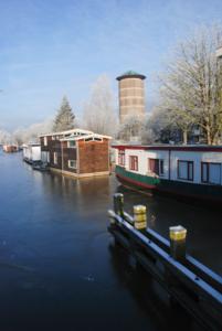 19 DBUITERWIJK-000133 Woonboten aan het Almelosekanaal en watertoren aan de Turfmarkt, 2009-01-09