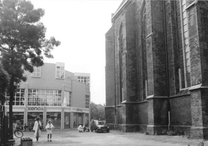 1252 FD001707 Rechts de Broerenkerk, links Xenos in het nieuwe winkelcentrum., 1989-00-00