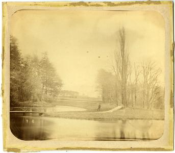 12933 FD032564 Bruggetje en bomen op landgoed Tweenijenhuizen in Vollenhove, 1882-00-00