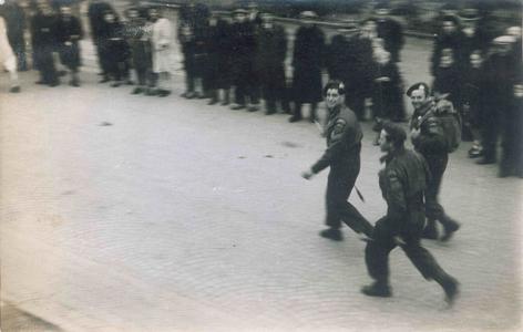 13288 FD028912 Canadese soldaten, gadegeslagen door inwoners, lopen op de dag van de bevrijding van Zwolle over de ...