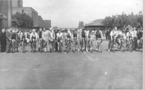 14375 FD027703 Wielrenners bij trainingswedstrijd van Intenclub op het terrein Veemarkt. 1950 Onscherpe foto., 1950-04-12