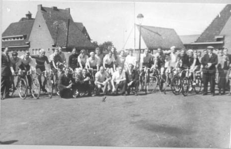 14376 FD027704 Wielrenners bij trainingswedstrijd van RTVZ (Ren- en Toerisatenvereniging Zwolle) op het Veemarkt ...