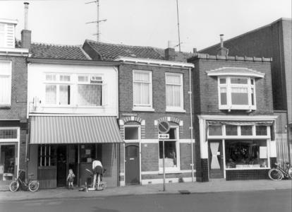 1757 FD000452 Assendorperstraat 113-117 in 1981 met bord achter venster New cleaning station ., 1981-00-00