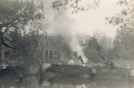 19083 FD028056 Op de vroege ochtend van hun vertrek uit Zwolle staken de Duitsers een autobus met munitie in brand op ...