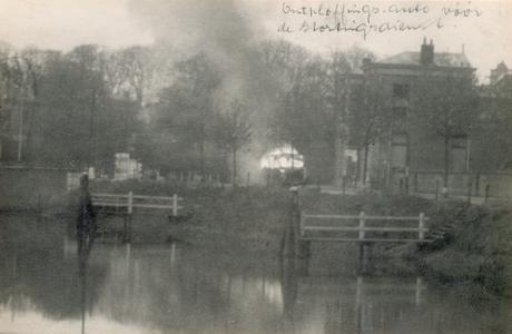 19085 FD028058 Op de vroege ochtend van hun vertrek uit Zwolle staken de Duitsers een autobus met munitie in brand op ...