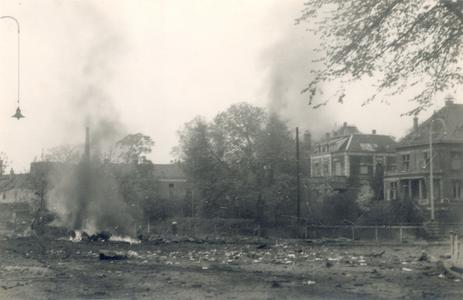 19086 FD028059 Op de vroege ochtend van hun vertrek uit Zwolle staken de Duitsers een autobus met munitie in brand op ...
