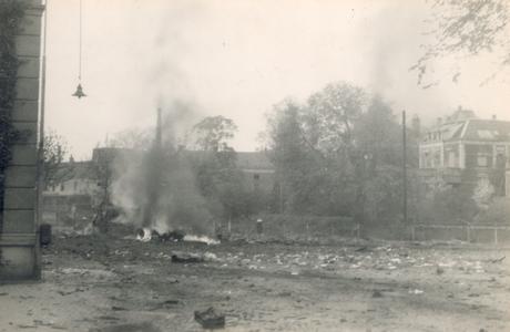 19087 FD028060 Op de vroege ochtend van hun vertrek uit Zwolle staken de Duitsers een autobus met munitie in brand op ...