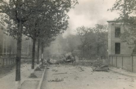 19088 FD028061 Op de vroege ochtend van hun vertrek uit Zwolle staken de Duitsers een autobus met munitie in brand op ...