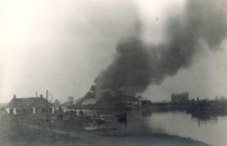 19093 FD028066 Op 12 april 1945 werd een loods op het terrein van de 'Vulcaan' aan het Zwartewater door Duitse troepen ...