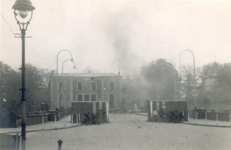 19094 FD028067 Op de vroege ochtend van hun vertrek uit Zwolle staken de Duitsers een autobus met munitie in brand op ...