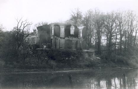 19095 FD028068 Op de vroege ochtend van hun vertrek uit Zwolle staken de Duitsers een herenhuis aan de Potgietersingel ...