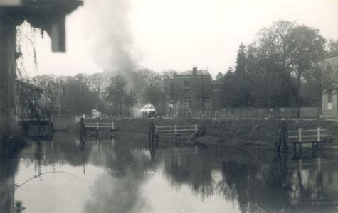 19096 FD028069 Op de vroege ochtend van hun vertrek uit Zwolle staken de Duitsers een autobus met munitie in brand op ...