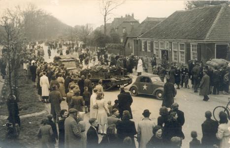 20876 FD028199 Canadese strijdkrachten rijden tijdens de bevrijding van Zwolle op 14 april 1945 op de Wipstrikkerallee, ...