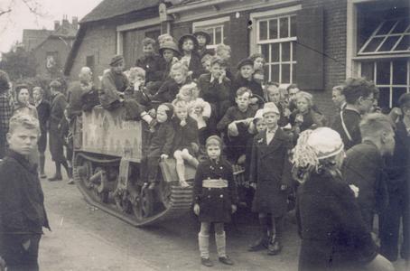20877 FD028200 Zwolse kinderen zitten op 14 april 1945 op een militair voertuig van de Canadese bevrijders, dat staat ...
