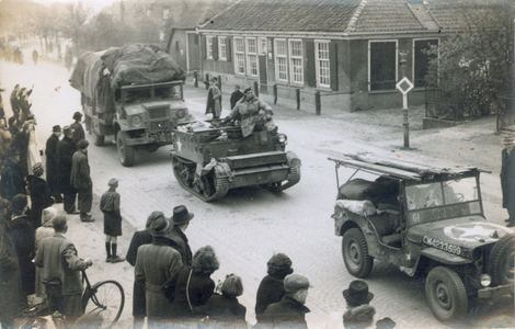 21433 FD028201 Canadese strijdkrachten rijden tijdens de bevrijding van Zwolle op 14 april 1945 op de Wipstrikkerallee, ...