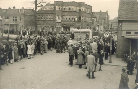 21434 FD028202 Canadese strijdkrachten rijden tijdens de bevrijding van Zwolle op 14 april 1945 op de Wipstrikkerallee, ...