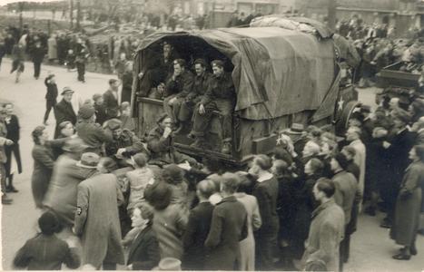 21435 FD028203 Canadese strijdkrachten rijden tijdens de bevrijding van Zwolle op 14 april 1945 op de Wipstrikkerallee ...