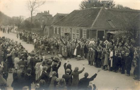 21437 FD028205 Canadese strijdkrachten rijden tijdens de bevrijding van Zwolle op 14 april 1945 op de Wipstrikkerallee, ...