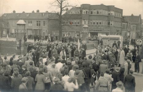 21438 FD028206 Canadese strijdkrachten rijden tijdens de bevrijding van Zwolle op 14 april 1945 op de Wipstrikkerallee ...