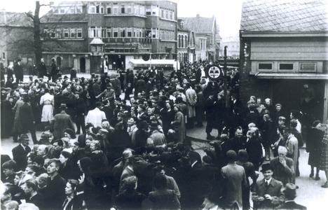 21440 FD028208 Canadese strijdkrachten rijden tijdens de bevrijding van Zwolle op 14 april 1945 op de Wipstrikkerallee ...