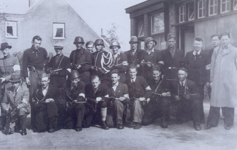 21458 FD028227 Leden van de IJsselcompagnie, de commandogroep van de Binnenlandse Strijdkrachten die na de bevrijding ...