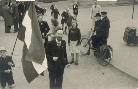 21461 FD028230 Opgetogen Zwollenaren op de dag van de bevrijding op de Wipstrikkerallee. In het midden staat de heer ...
