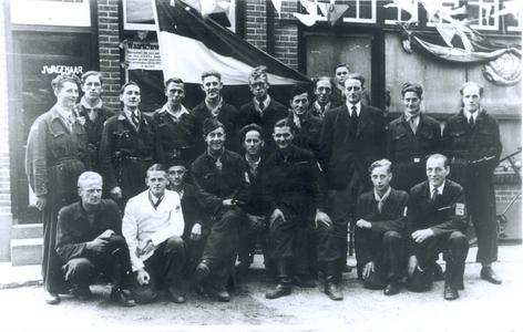 21464 FD028233 Leden van de IJsselcompagnie, de commandogroep van de Binnenlandse Strijdkrachten die na de bevrijding ...