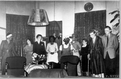 21988 FD027420 Arbeiders toneel vereniging Ontwikkeling bij opvoering van van ander ras : Kiffers, Baghus, Beitsma, ...