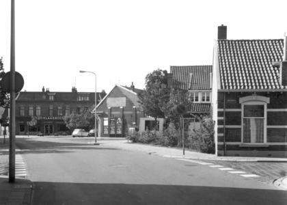 2961 FD000562 Woningen en winkel op het kruispunt Assendorperstraat met Molenweg en Lindestraat. De muurreclame op het ...