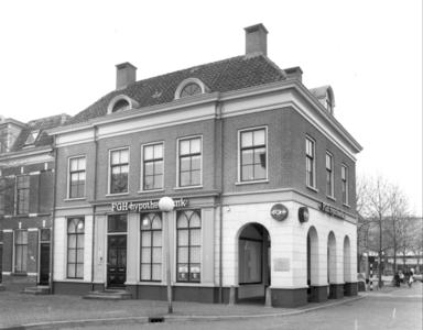 3580 FD001868 Buitenkant 31 en 32, Vispoortenplas in 1984. FGH Hypotheekbank. Rechts op de achtergrand V & D., 1984-00-00
