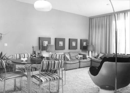 4047 FD000007 Aalanden-midden modern interieur modelwoning, 1973. Met hoogpolig tapijt, kuipstoel, leren stoelen, ronde ...