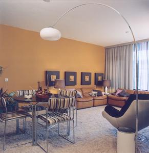 4048 FD000007-01 Aalanden-midden modern interieur modelwoning, 1973. Met hoogpolig beige tapijt, kuipstoel, leren ...