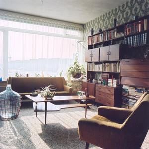 4601 FD000007-02 Aalanden-midden interieur woning, 1973. Woonkamer met teakhouten wandmeubel, grote mandfles, fauteuil ...