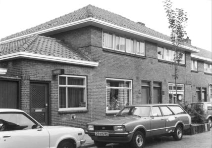 4669 FD000691 Assendorp: Links de wijkpolitiepost aan de Asterstraat . De wijkagent was in 1981 Bertus Diele., 1981-00-00