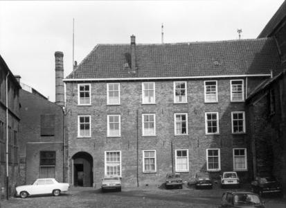 5214 FD000047 Broerenklooster (vroeger ook kazerne) aan het Broerenkerkplein, gezien uit het westen., 1972 Uiterst ...