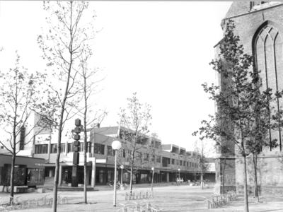 5215 FD000048 Achter de Broeren met links winkelcentrum en kunstwerk (standbeeld, beeldhouwwerk), rechts Broerenkerk, ...
