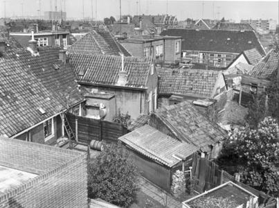 5809 FD000091 Vermoedelijk Akkerstraat 4-6-8 (achterkant) in 1968. De flat rechts staat aan de Middelweg, de flats ...