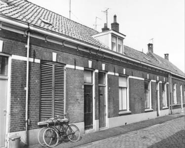 5811 FD000093 Akkerstraat 4-6-8 in 1968, vlak voor de sloop. Links een zinken vuilnisbak.De Akkerstraat lag in de ...