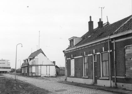 5812 FD000094 Links Akkerstraat 22, 24 en 26, rechts Akkerstraat 2, 4 en 6. 1971. Dichtgetimmerde woningen voor de ...