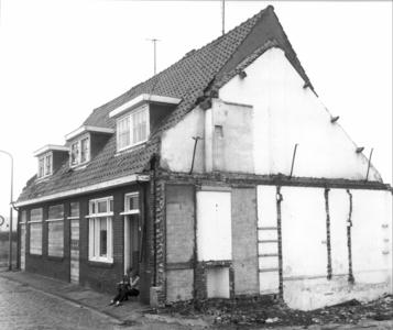 5813 FD000095 Dichtgetimmerde woningen in de Akkerstraat 22-24-26 met lezende meisjes in de deuropening, 1971.De ...