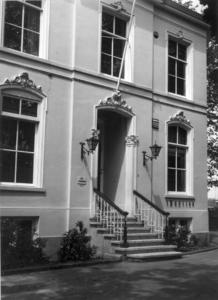 5824 FD000747 Monumentale woning aan de Badhuiswal nr. 8 op het Noordereiland. Ten tijde van de foto had het pand een ...