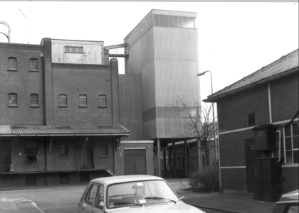 6373 FD000101 Albert Cuypstraat gezien naar het zuiden, hoek Schuttevaerkade met gebouw ABTB (Algemene Boeren- en ...