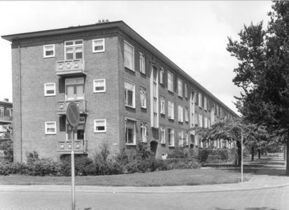 6374 FD000102 Albert Cuypstraat gezien naar het noorden. Flatgebouw met 3 verdiepingen (zonder lift) aan de westzijde ...