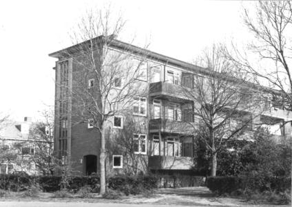 6376 FD000104 Albert Cuypstraat gezien vanaf de oostzijde. Achterkant flats (3 verdiepingen) gezien vanaf de ...