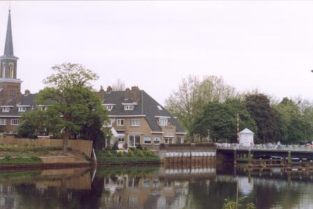 6418 FD000799 Gezicht op de achterzijde van de huizen aan de Bagijnesingel gezien over de stadsgracht met de ...